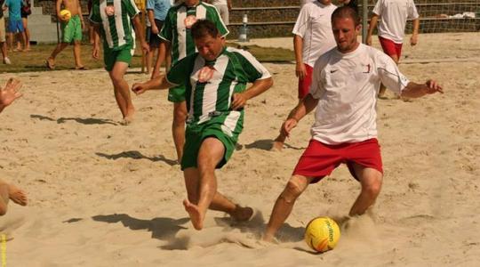 Realizace zbrusu nového areálu pro plážový fotbal v Praze je v plném proudu